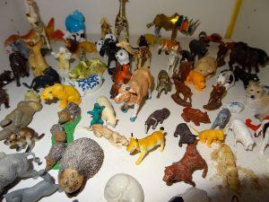 Sandspielfiguren und Sandkasten für die Psychiatrische Arbeit mit Kindern